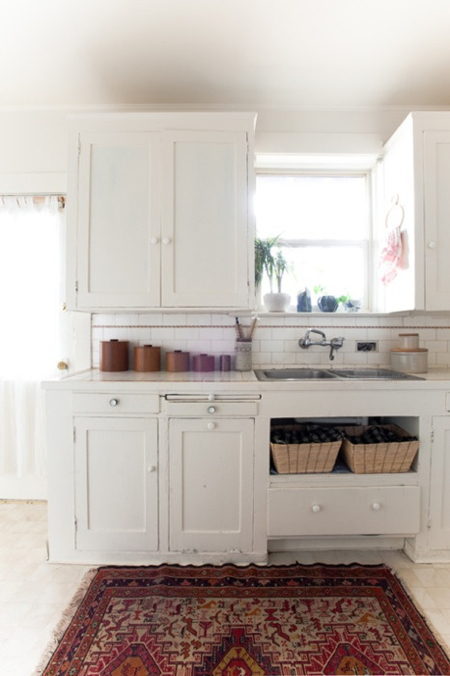 country-kitchen-with-kilim-design-sponge