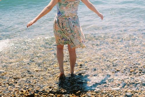rhi-ellis-girl-rocks-ocean