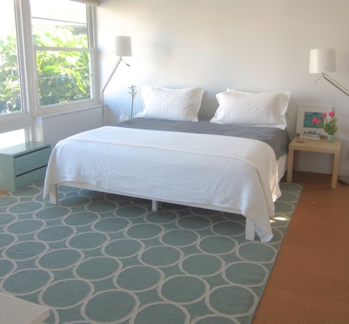 white-and-gray-beach-bedroom