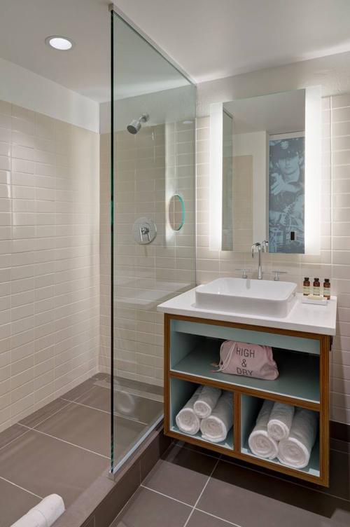 verb-hotel-bathroom